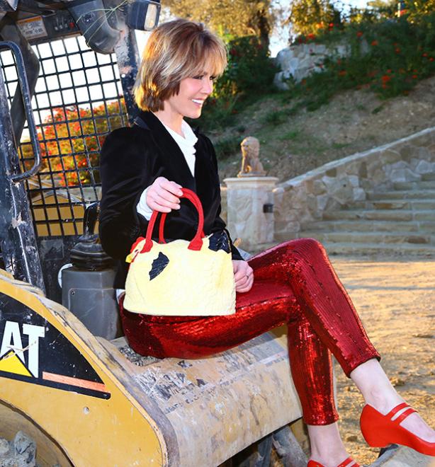 Một cô gái diện tông đỏ, trắng, đen với mốt quần sequin, blazer, tạo nét độc đáo bằng túi con gà.