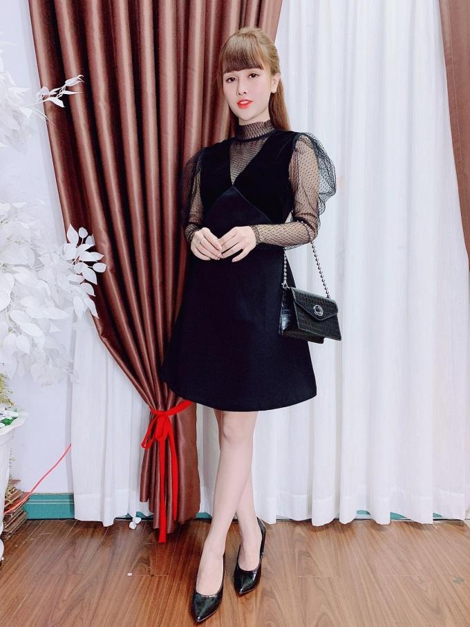 Váy đen phối ren: Thiết kế này phù hợp với những người thích phong cách vừa cá tính, vừa cổ điển. Đồng thời, dáng váy chiết eo vừa vặn, tay bồng thanh thoát sẽ mang đến cho người mặc sự thanh thoát, sang trọng hơn.