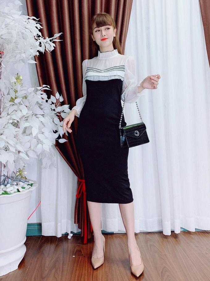 Thiết kế kết hợp hai màu cơ bản: Đây là sự kết hợp của hai màu cơ bản - đen và trắng theo phong cách tối giản, không bao giờ lỗi thời. Đồng thời, với phần thân váy ôm sát cơ thể cùng chi tiết tay bằng tơ lụa mềm mại, thiết kế váy này vừa mang đến sự duyên dáng vừa khéo léo khoe đường cong cơ thể cho người mặc.