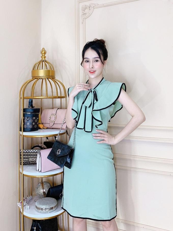 Váy xanh thiên thanh: Xanh thiên thành là màu sắc khá kén người mặc. Tuy nhiên, Thương Lê Boutique đã khéo léo kết hợp đường viên đen trên các chi tiết bèo nhún để sản phẩm phù hợp với nhiều đối tượng hơn. Bên cạnh đó, hiệu ứng thắt nơ cũng giúp người mặc che khuyết điểm vòng một khiêm tốn.