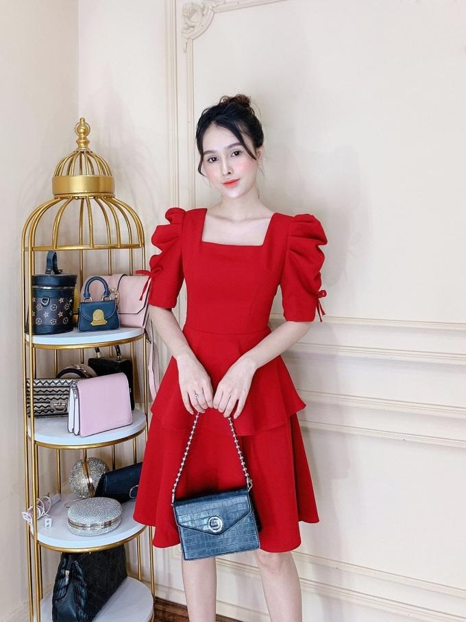 Váy đỏ cổ vuông: Không chỉ đem lại diện mạo nổi bật cho người mặc, theo quan niệm Á Đông, màu đỏ còn là biểu tượng của sự may mắn. Với thông điệp: Mọi phụ nữ đều cần mặc đẹp để được tỏa sáng, Thương Lê Boutique luôn mang đến các thiết kế chất lượng theo phong cách thanh lịch, sang trọng... với giá thành vừa phải.
