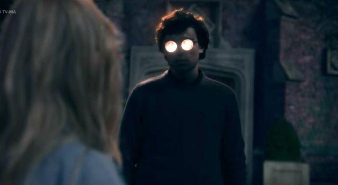 Mỗi bóng ma trong phim sẽ ám lấy một người sống trong nhà. Đây là chi tiết khiến phim mới lạ. Ảnh: Elle.
