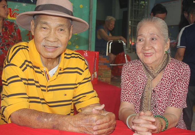 Lý Huỳnh bên nghệ sĩ Thiên Kim khi thăm Tết ở Viện dưỡng lão (quận 8). Ảnh: Mai Nhật.