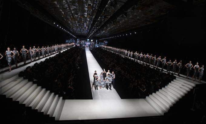 Sàn diễn được bố trí ba làn với làn chính ở giữa, hai làn được sắp đặt trên tầng cao giữa hàng ghế khán giả giúp người xem đến gần các thiết kế. Ảnh: Kiếng Cận Team.