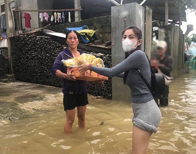 Thủy Tiên phát quà cho người dân Huế. Ảnh: Facebook Thủy Tiên.