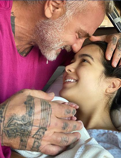 Gianluca Vacchi bên bạn gái và con gái mới sinh. Ảnh: Gianluca Vacchi Instagram.