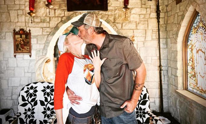 Gwen Stefani khoe nhẫn đính hôn bên Blake Shelton. Ảnh: Gwen Stefani Instagram.