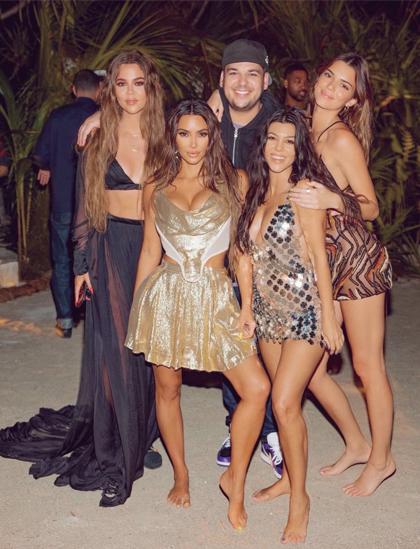 Kim Kardashian (váy vàng, hàng đầu) cùng anh chị em tại bữa tiệc sinh nhật. Ảnh: Kim Kardashian Twitter.