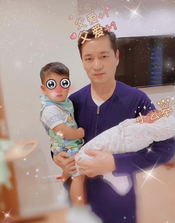 Khoảnh khắc ông xã Trần Vinh Luyện bế con trai Lục Lục và con gái mới sinh. Ảnh: Weibo An Dĩ Hiên.