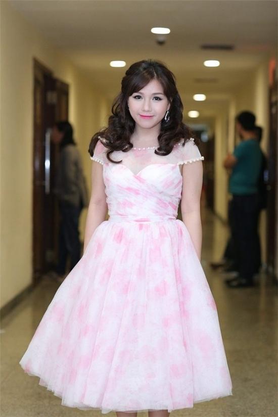 Thùy Chi tiếp tục gây sốt khi đeo kính sát tròng, làm tóc và ăn diện phong cách công chúa tại Bài hát Việt tháng 11/2015.