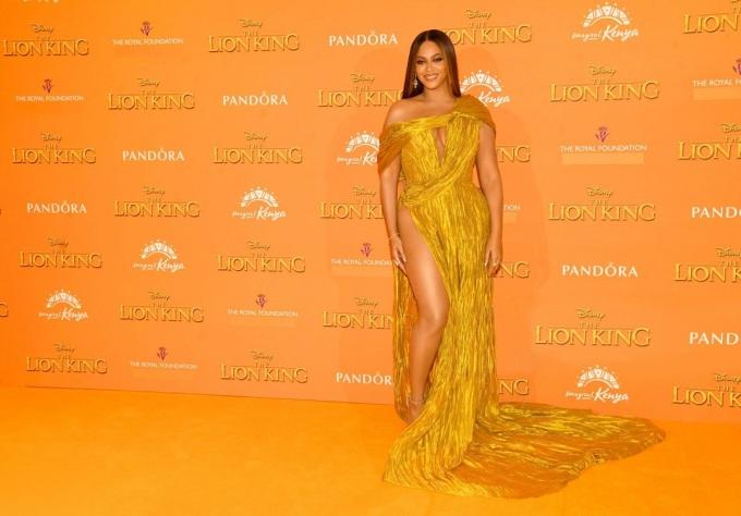 Beyoncé chọn bộ đầm vàng do Công Trí thiết kế riêng trong buổi ra mắt phim ở London, ngày 14/7/2019. Ảnh: congtri.net.