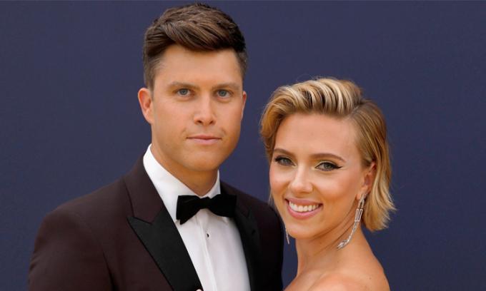 Scarlett Johansson và chồng Colin Jost. Ảnh: NBC.