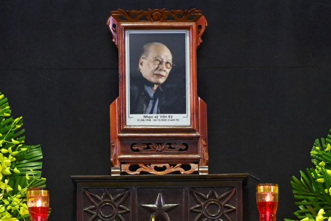 Di ảnh nhạc sĩ Văn Ký. Ảnh: Giang Huy.
