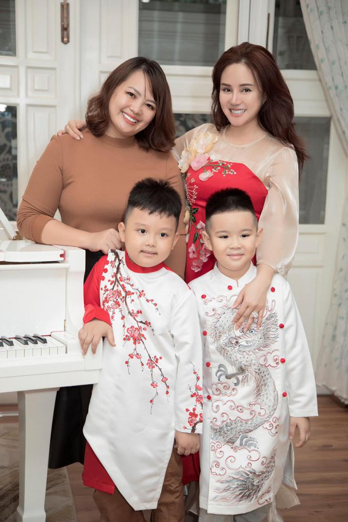 Nhà thiết kế Phương Nguyễn (trái), ca sĩ Vy Oanh.