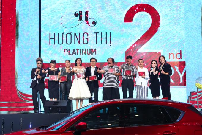 Nhiều đồng nghiệp thân thiết đến ủng hộ Việt Hương.