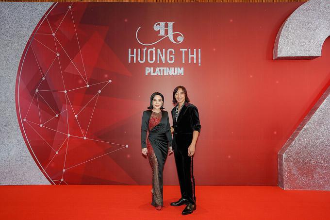 Vợ chồng Việt Hưng tại đêm tiệc đánh dấu chặng đường phát triển của mỹ phẩm Hương Thị, đồng thời là lời tri ân của Việt Hương đến những người đã đồng hành thương hiệu hai năm qua.