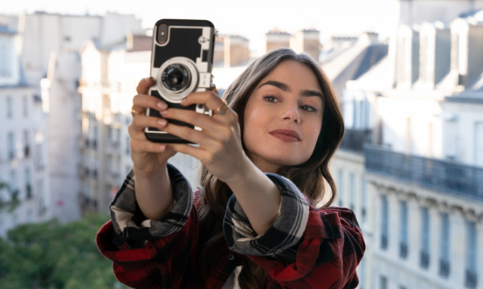 Lily Collins trong Emily in Paris. Ảnh: Netflix.