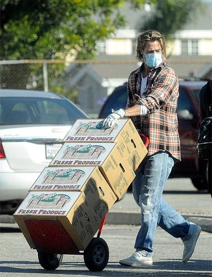 Brad Pitt vận chuyển đồ cứu trợ tới điểm phát miễn phí cho người dân Los Angeles. Ảnh: Daily Mail,.