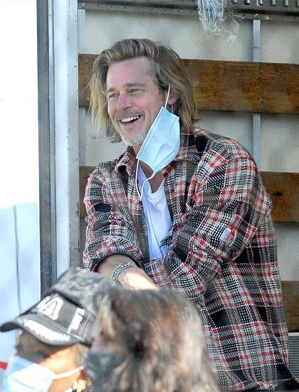 Brad Pitt ngồi nghỉ giữa buổi phát đồ từ thiện kéo dài bốn tiếng. Ảnh: Daily Mail.