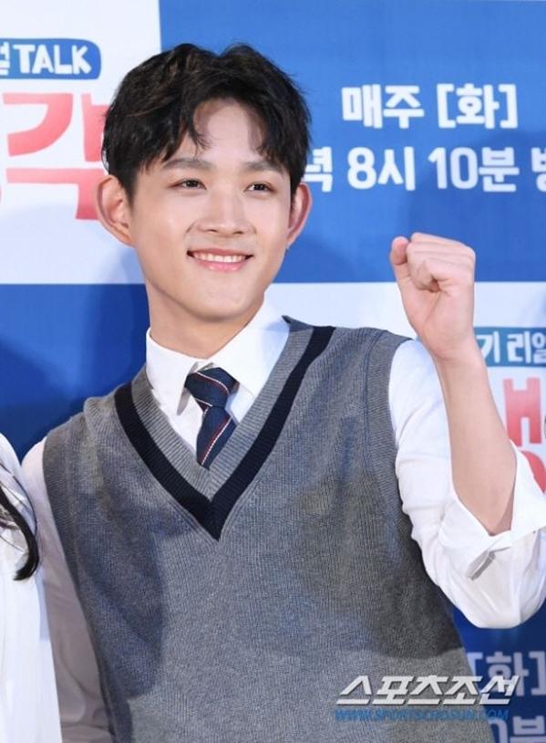 Choi Hwan Hee trong buổi họp báo ra mắt chương trình Real Talk - Kids Thinking của đài tvN tháng 4/2019. Ảnh: Chosun.