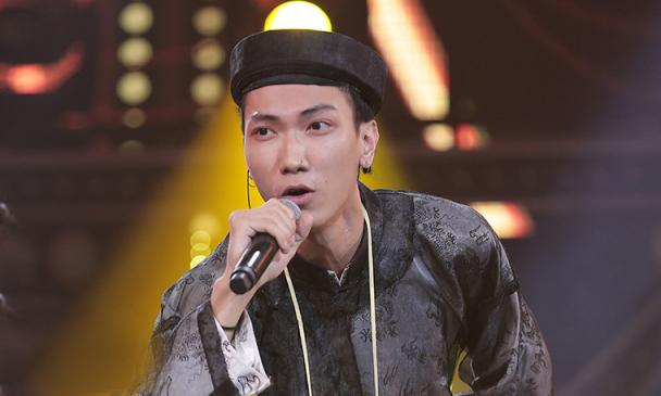 Gonzo (Nguyễn Trần Thái Nam) sinh năm 1995, tốt nghiệp Đại học Khoa học Xã hội và Nhân văn. Anh vào top 8, đồng giải Ấn tượng trong chương trình Rap Việt cùng Thành Draw, TLinh, MCK, Ricky Star, Lăng LD. Ảnh: Vie Channel.