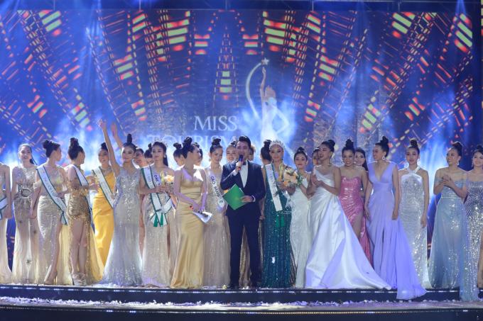 Các thí sinh trên sân khấu chung kết Hoa khôi Du lịch Việt Nam 2020.