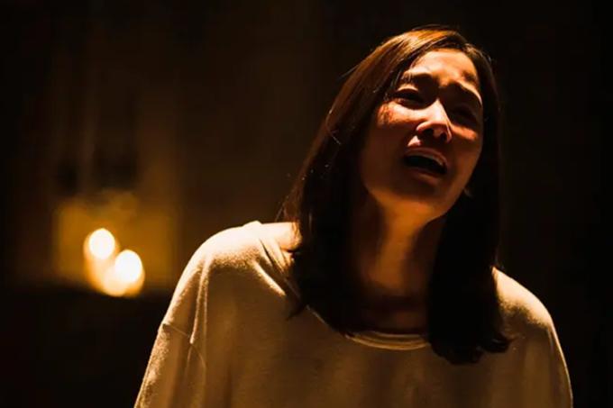 Jeon Jong Seo vào vai cô gái bị mẹ nuôi giam giữ, hành hạ trong The Call. Ảnh: Netflix.