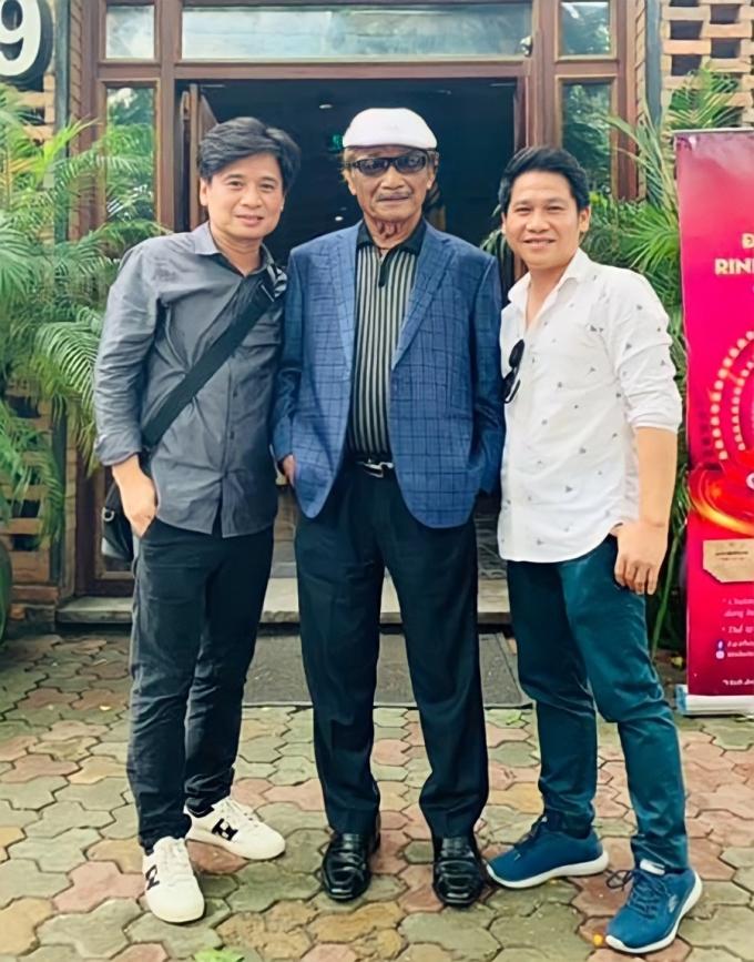 Nghệ sĩ Trần Hiếu (giữa) bên hai học trò Tấn Minh (trái) và Trọng Tấn hôm 17/11. Ảnh: Facebook Trọng Tấn.