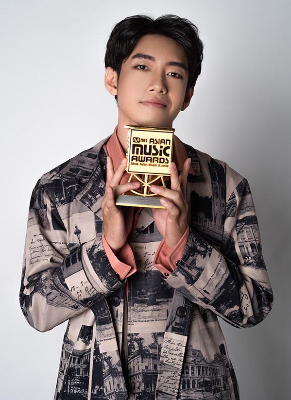 Quang Đăng nhận giải của MAMA. Ảnh: Nhân vật cung cấp.