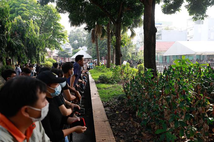 Khán giả đứng ngoài khu vực hàng rào, tưởng nhớ danh hài từ xa.