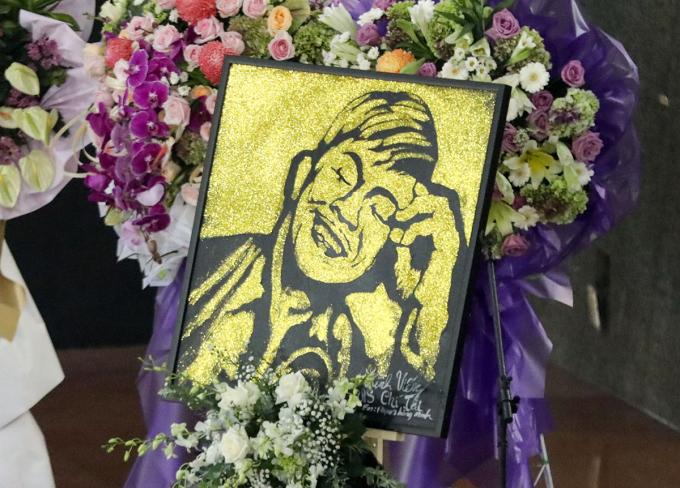 Tang lễ danh hài được tổ chức tại Nhà tang lễ Quốc gia phía Nam (quận Gò Vấp). Danh hài Hoài Linh - trưởng ban tang lễ - cùng các đồng nghiệp trưng bày 20 khung ảnh ghi lại khoảnh khắc đáng nhớ trong cuộc đời, sự nghiệp Chí Tài.