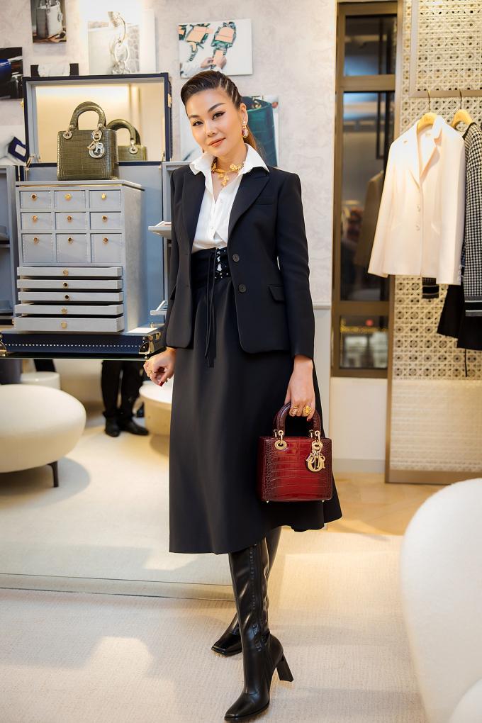 Siêu mẫu Thanh Hằng có mặt từ rất sớm để chúc mừng thương hiệu Christian Dior.  Xuất hiện tại sự kiện, chân dài 1,2 m nổi bật với trang phục cá tính trong bộ sưu tập Cruise 2021 và chiếc túi sách Lady Dior thanh lịch của nhà mốt Pháp trị giá 700.000 đồng.