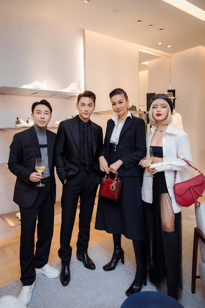S tylist Hoàng Ku (thứ nhất từ trái sang) nổi tiếng là tín đồ hàng hiệu cũng góp mặt trong sự kiện lần này của nhà mốt Dior.