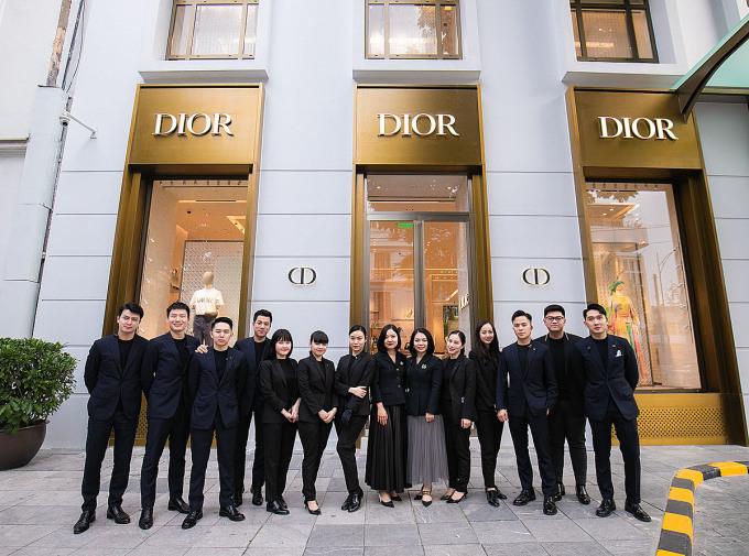 Bữa tiệc thời trang với sự góp mặt của hơn 100 khách mời VIP đã chứng tỏ sức hút của thương hiệu Dior tại Việt Nam nói chung và Hà Nội nói riêng.  Tại sự kiện, các khách mời có cơ hội khám phá và chiêm ngưỡng đầy đủ các dòng sản phẩm dành cho nam và nữ như trang phục;  phụ kiện;  Giày dép;  túi xách tay;  Nhiều thiết kế độc đáo từ bộ sưu tập Cruise 2021.Dior đã dành một không gian riêng để trưng bày các mẫu trang sức cao cấp cho thủ đô trong không gian cửa hàng được trang trí bởi các thiết kế nội thất.  từ nhiều thương hiệu nổi tiếng: Paola Castelli;  Osanna Visconti di Modrone;  Sabrine Marcelis Agapecasa;  Armenio;  Delcourt;  Bạn bè & Người sáng lập ...
