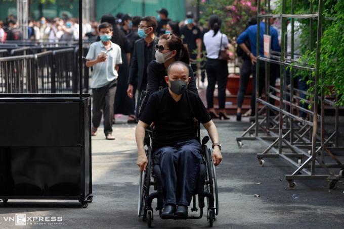 khán giả đi xe lăn tới tiễn biệt Chí Tài.