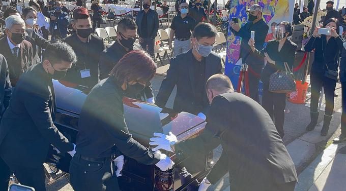 Linh cữu nghệ sĩ được đưa từ nhà quàn Peek Funeral Home đến nhà thờ chuẩn bị cho lễ viếng.