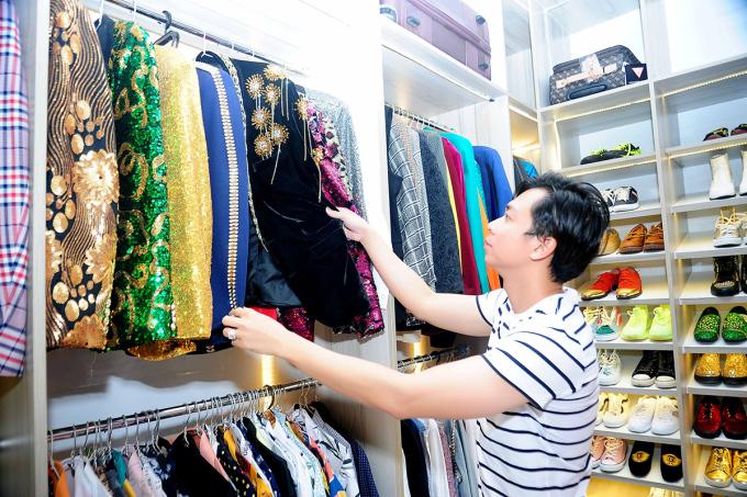 Hồ Việt Trung sưu tập hàng chục bộ vest, đôi giày họa tiết nổi để phục vụ công việc.