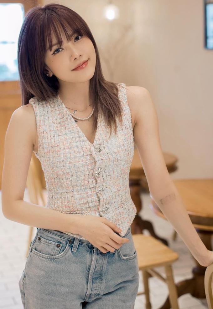 Thiều Bảo Trâm phối áo không tay với quần jeans style năng động, trẻ trung, phù hợp với thời tiết Sài Gòn.