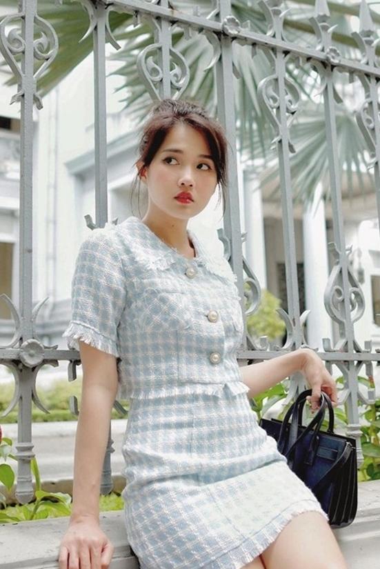 Kiều Trinh chọn bộ váy suit tông màu pastel kiểu nữ tính.