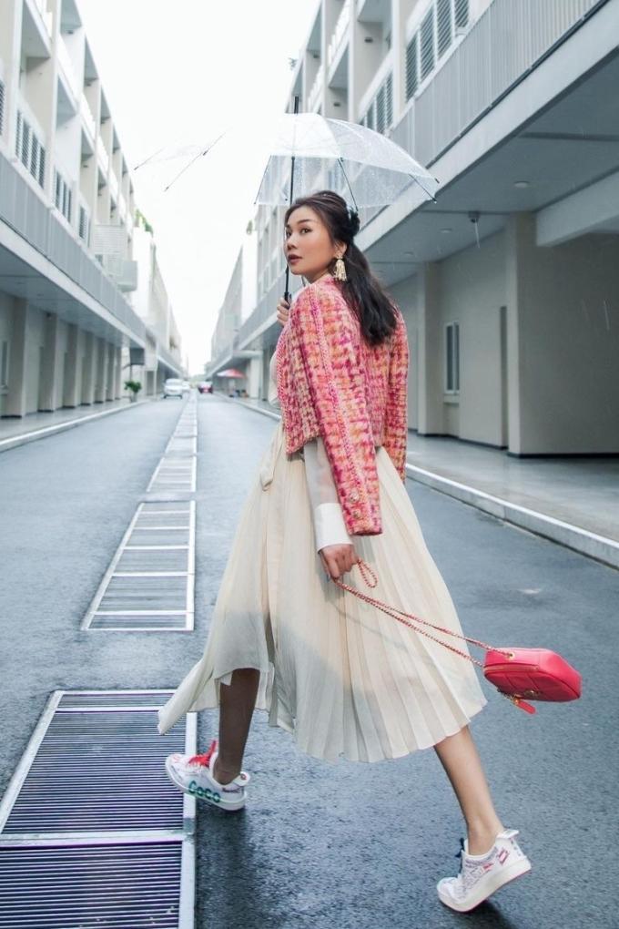 Thanh Hằng diện mẫu áo khoác tông hồng ngọt ngào của Chanel.
