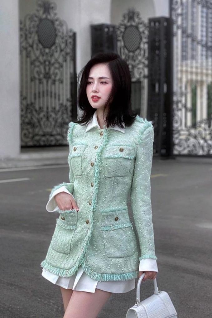 Áo khoác vải tweed thường được diềm các sợi thô và đính nút cổ tròn theo phong cách cổ điển.