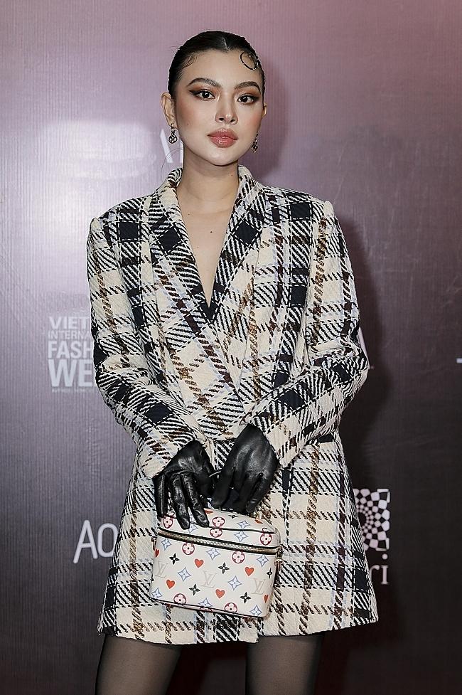 Adrian Anh Tuấn là một trong những nhà thiết kế Việt đầu tiên lăng-xê chất liệu tweed trong bộ sưu tập Thu Đông 2020.