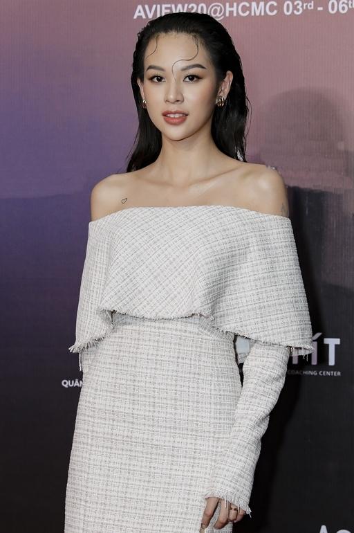 Phí Phương Anh cũng chọn mẫu váy hở vai với chất liệu không quá dày.