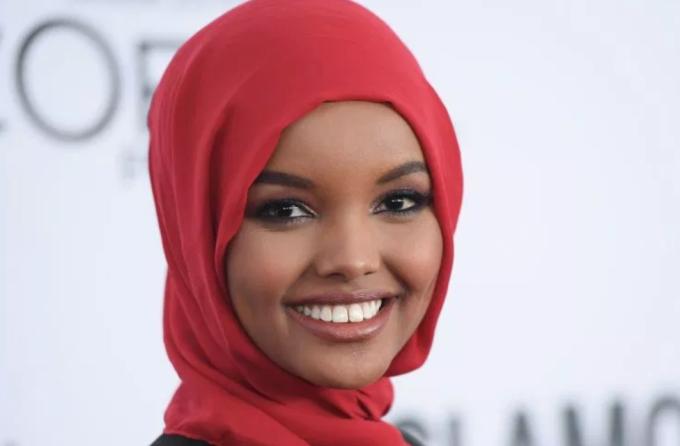 Người mẫu Halima Aden xếp thứ bảy. Cô 23 tuổi, người Mỹ gốc Somalia. Vogue ghi nhận cô là người mẫu thời trang cao cấp đầu tiên đeo hijab (khăn trùm đầu) trên sàn diễn. Chân dài ký hợp đồng với IMG Models, trình diễn trong một số show như: Max Mara, Alberta Ferretti và Yeezy. Cuối tháng 11, người mẫu Hồi giáo viết trên trang cá nhân cân nhắc từ bỏ nghề người mẫu vì ảnh hưởng tôn giáo.  Ảnh: Insidearabia.