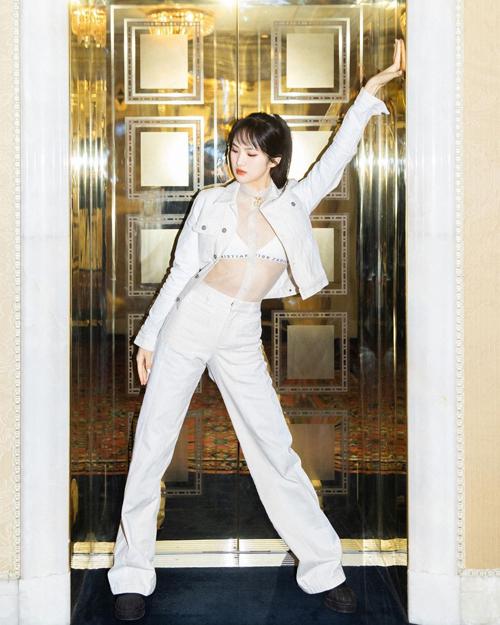 Ái nữ CEO Huawei làm người mẫu - 4