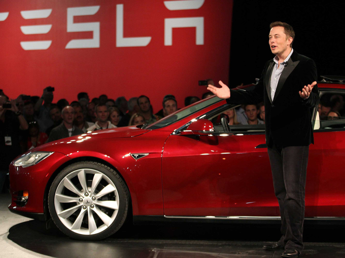 Trong các bài phát biểu hoặc những buổi phỏng vấn, Musk thường xuất hiện trong trang phục sơ mi, suits chỉnh tề cùng với cà vạt và giày Oxfords.