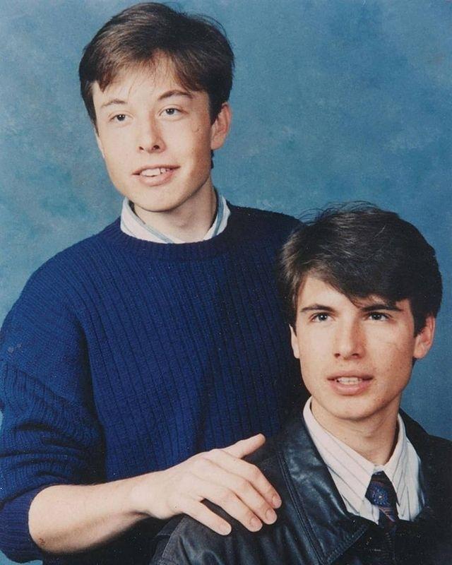 Elon Musk (trái)