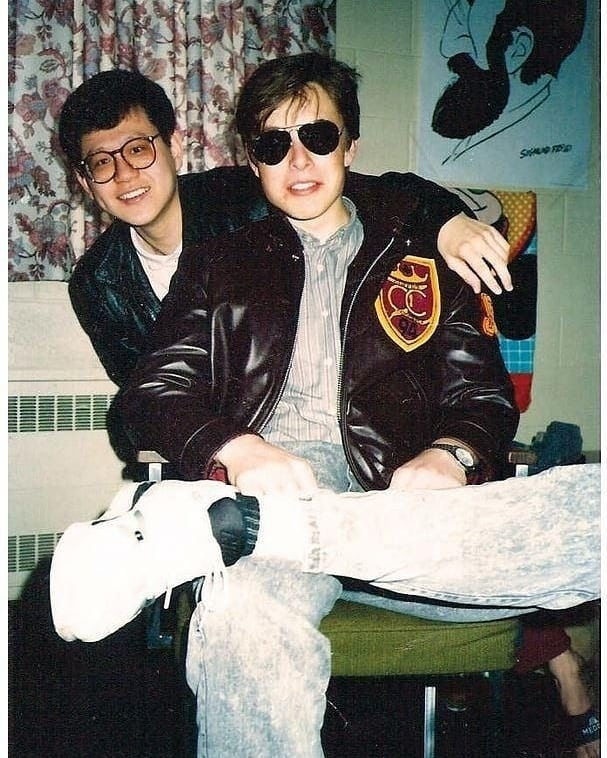 Theo Elle, Elon Musk là người có gu mặc riêng. Thời trẻ, anh chuộng những món đồ phóng khoáng như áo khoác bomber, quần jeans mài, jacket da, sơ mi kẻ, áo phông, kính phi công, sneakers... mang đậm phong cách thời trang thập niên 1990. Ảnh: Instagram Elon Musk.