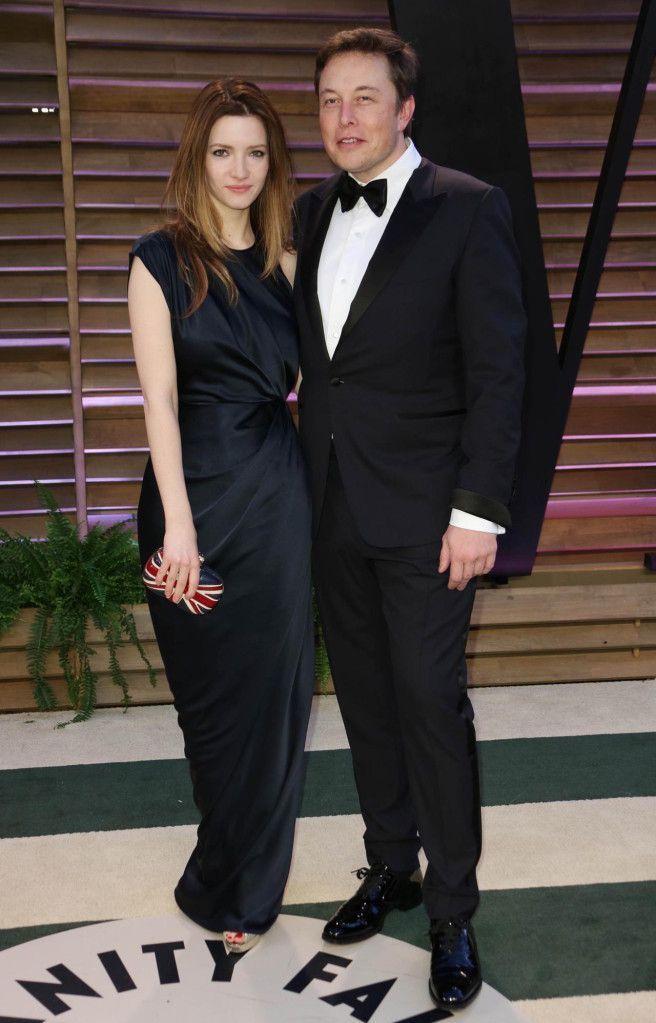 Ở thảm đỏ tiệc hậu Oscar 2014, Musk cài nơ bướm khi mặc suit đen khi đi cùng người vợ thứ hai Talulah Riley. Họ chia tay hai năm sau đó. Ảnh: Shutterstock.