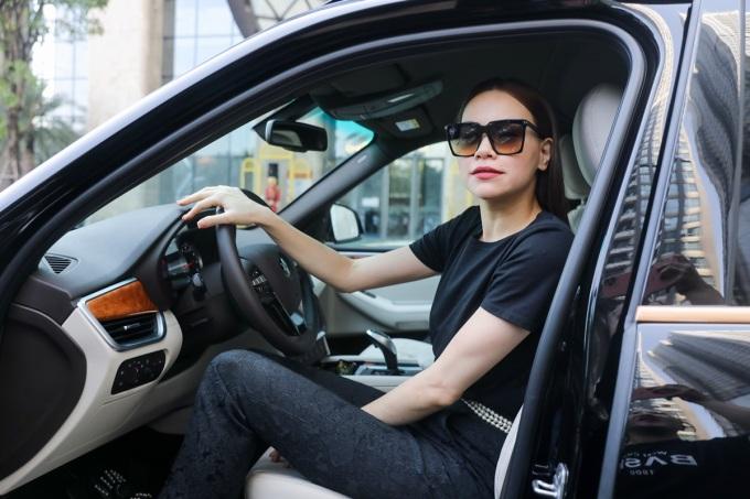 Hà Hồ chọn xe VinFast President vì phong cách mạnh mẽ, cá tính phù hợp với bản chất của cô.